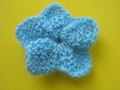 Голубой цветок связанный спицами