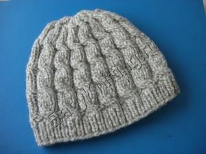 Женская шапка связанная аранами