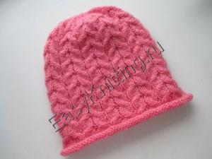 Женская шапочка связанная узором жгуты